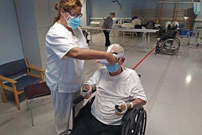 Els usuaris del gimnàs del Centre Sociosanitari Bernat Jaume compten amb un espai de realitat virtual per a fer rehabilitació